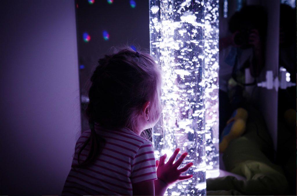 Snoezelen foto holčička se dotýka světélkujícího sloupu